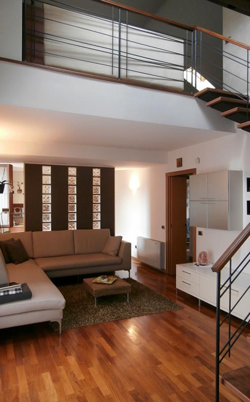 Salone Open Space Mansarda Con Parquet: Una casa con zona giorno open ...