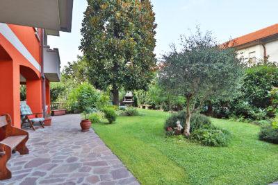quadrilocale giardino porticato macherio foto